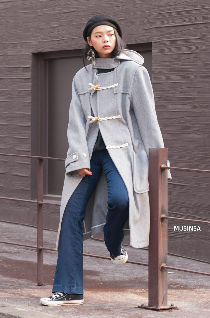Street style siêu đẹp của giới trẻ Hàn toàn những item quen thuộc mà bạn đang có sẵn trong tủ đồ - Ảnh 2.