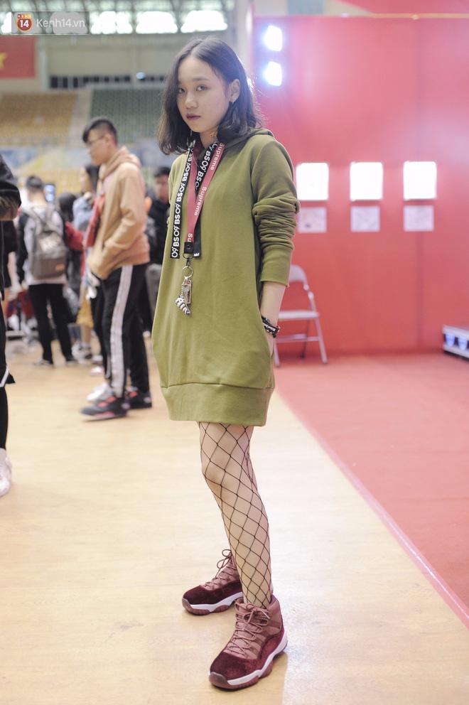 Giới trẻ Việt thi nhau mặc hoodie trăm triệu của Louis Vuitton x Supreme và đồ streetwear đắt đỏ tới Sole Ex 2017 - Ảnh 16.