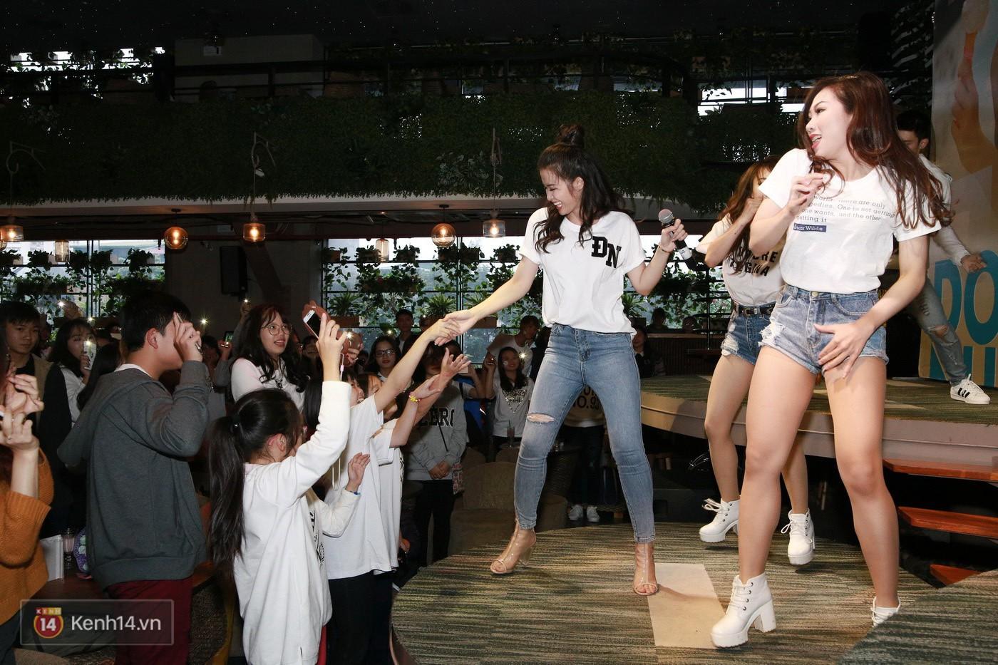 Đông Nhi nghẹn ngào rơi nước mắt trước tình cảm của fan Hà thành trong buổi fan-meeting - Ảnh 12.