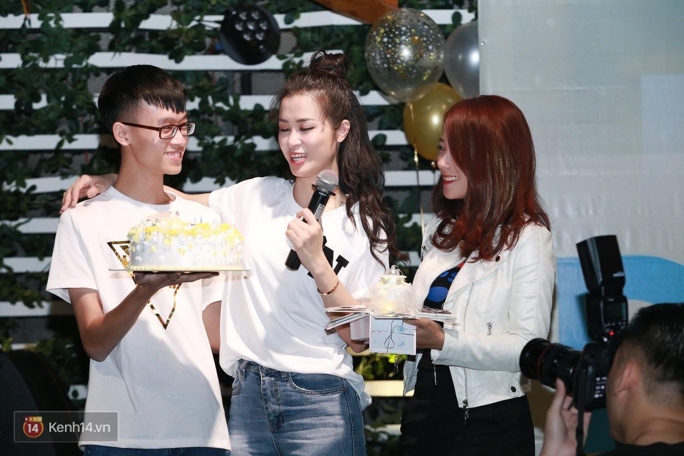 Đông Nhi nghẹn ngào rơi nước mắt trước tình cảm của fan Hà thành trong buổi fan-meeting - Ảnh 13.
