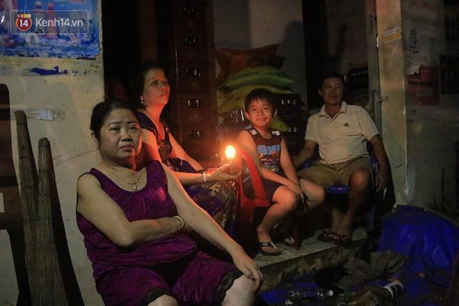 Hai ngày sau khi cơn bão số 12 đi qua, người dân Khánh Hòa vẫn chật vật sống trong bóng đêm vì mất điện - Ảnh 10.
