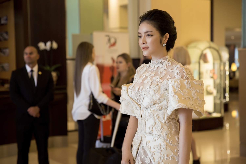 Không thua chị kém em, Lý Nhã Kỳ lộng lẫy như bà hoàng trên thảm đỏ khai màn LHP Cannes 2017 - Ảnh 18.