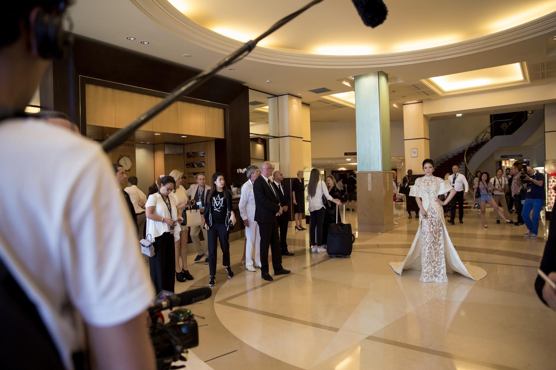 Không thua chị kém em, Lý Nhã Kỳ lộng lẫy như bà hoàng trên thảm đỏ khai màn LHP Cannes 2017 - Ảnh 17.