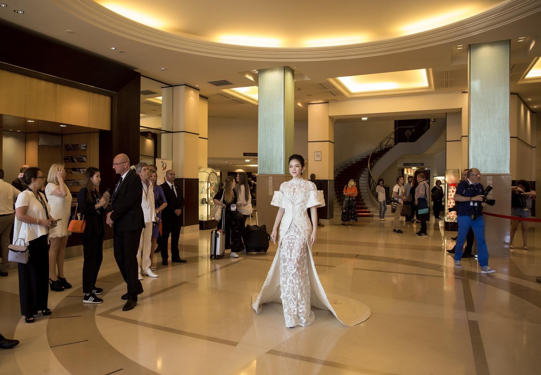 Không thua chị kém em, Lý Nhã Kỳ lộng lẫy như bà hoàng trên thảm đỏ khai màn LHP Cannes 2017 - Ảnh 16.