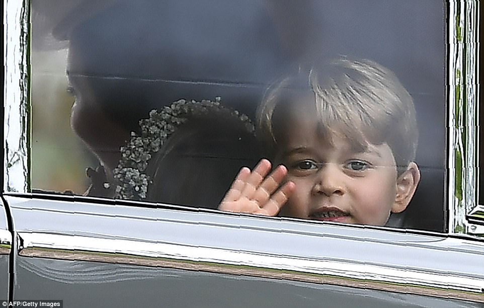 Hoàng tử nhí Anh Quốc bị mẹ mắng trong lễ cưới của dì ruột, vừa đi vừa khóc tu tu - Ảnh 11.