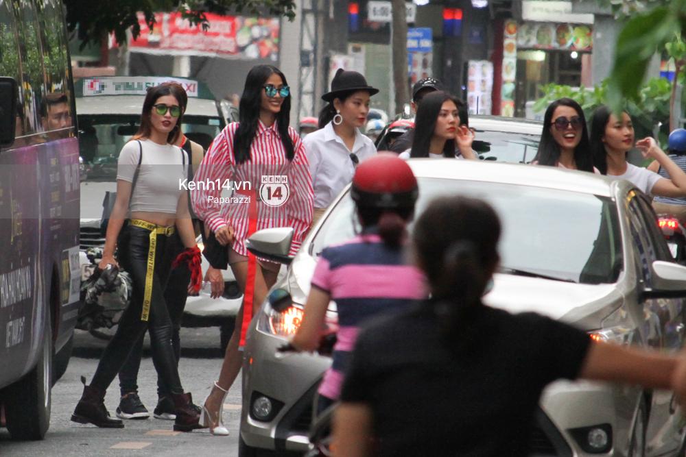 Nhan sắc khi chưa photoshop của Hoàng Thùy cùng dàn thí sinh Hoa hậu Hoàn vũ Việt Nam giữa trưa nắng - Ảnh 8.