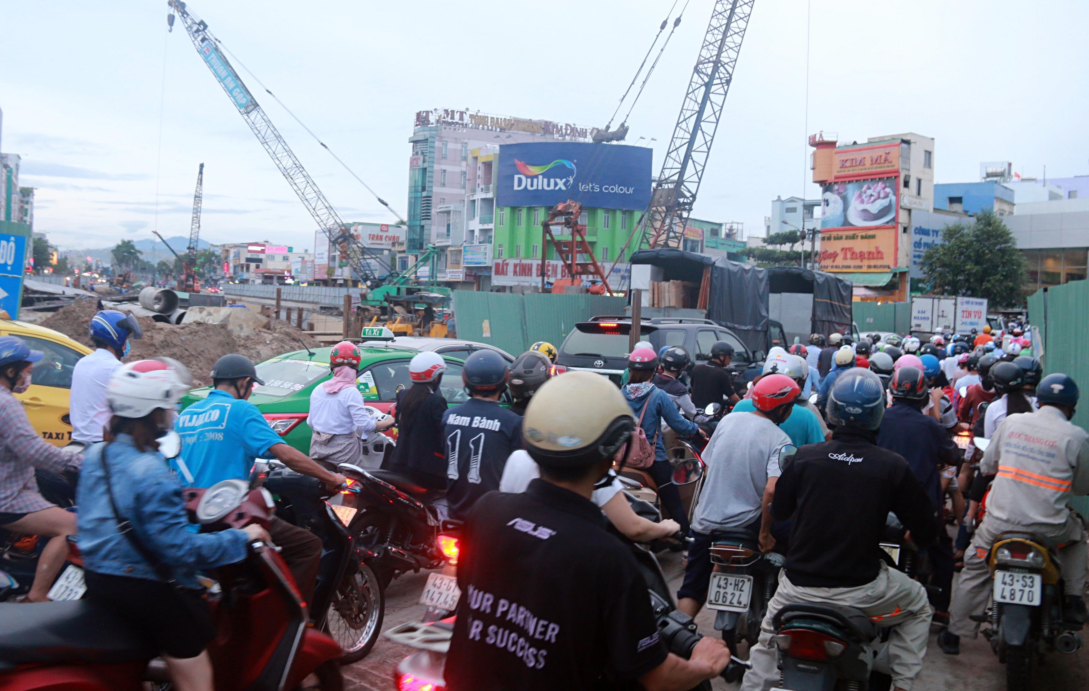 Chùm ảnh: Công trình hầm chui chậm tiến độ, người dân Đà Nẵng mệt mỏi trước cảnh hàng ngàn phương tiện ùn ứ kéo dài - Ảnh 4.