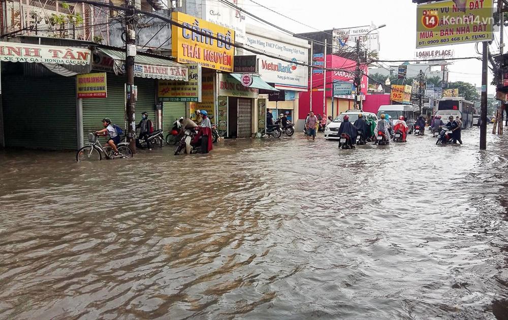 Sài Gòn ngập cả buổi sáng sau trận mưa đêm, nhân viên thoát nước ra đường đẩy xe chết máy giúp người dân - Ảnh 11.