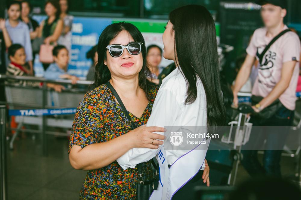 Hoa hậu Mỹ Linh diện trang phục đơn giản, tươi tắn bên mẹ và người hâm mộ tại sân bay Tân Sơn Nhất - Ảnh 9.