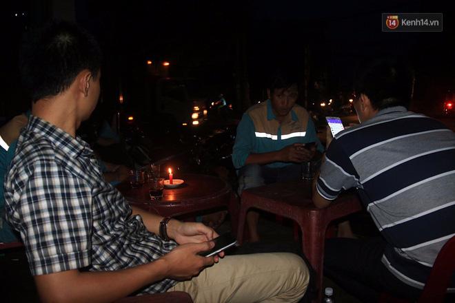 Hai ngày sau khi cơn bão số 12 đi qua, người dân Khánh Hòa vẫn chật vật sống trong bóng đêm vì mất điện - Ảnh 11.