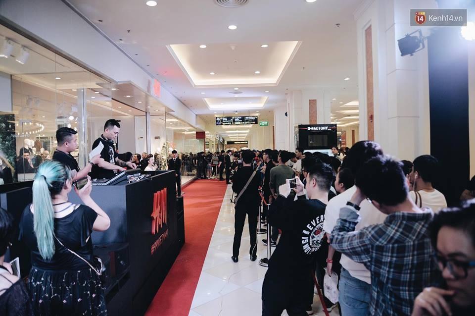 Khai trương H&M Hà Nội: Có hơn 2.000 người đổ về, các bạn trẻ vẫn phải xếp hàng dài chờ được vào mua sắm - Ảnh 7.