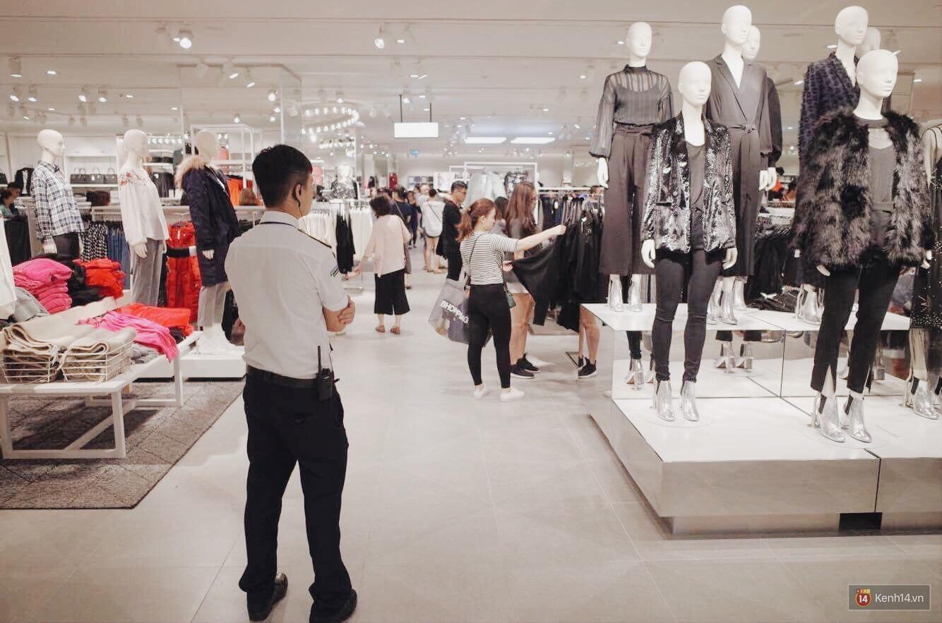 Sau ngày khai trương, store H&M Hà Nội bớt đông đúc nhưng khách vẫn xếp hàng dài chờ vào mua sắm - Ảnh 11.