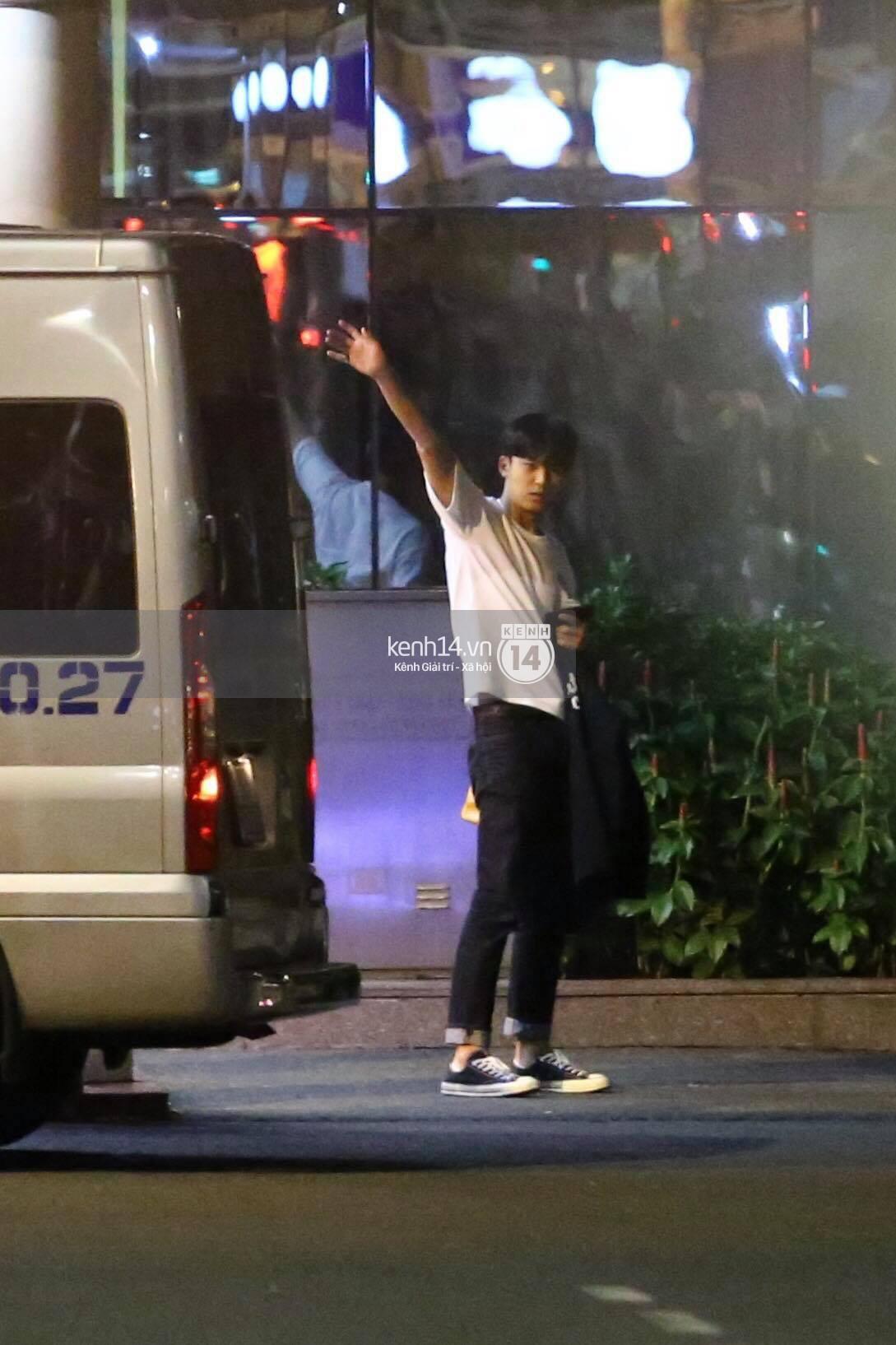 Hình ảnh đối lập: Kết thúc MAMA, Samuel khí thế vẫy tay chào fan Việt, Wanna One ngủ say mặc kệ người hâm mộ - Ảnh 23.