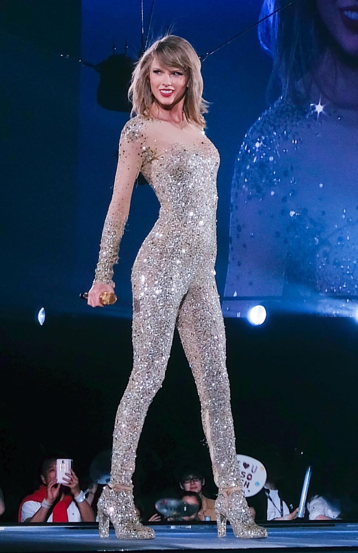 Liên tục lên sân khấu với trang phục vừa lôi thôi vừa dìm dáng, chuyện gì đã xảy ra với Taylor Swift luôn đẹp vậy? - Ảnh 9.