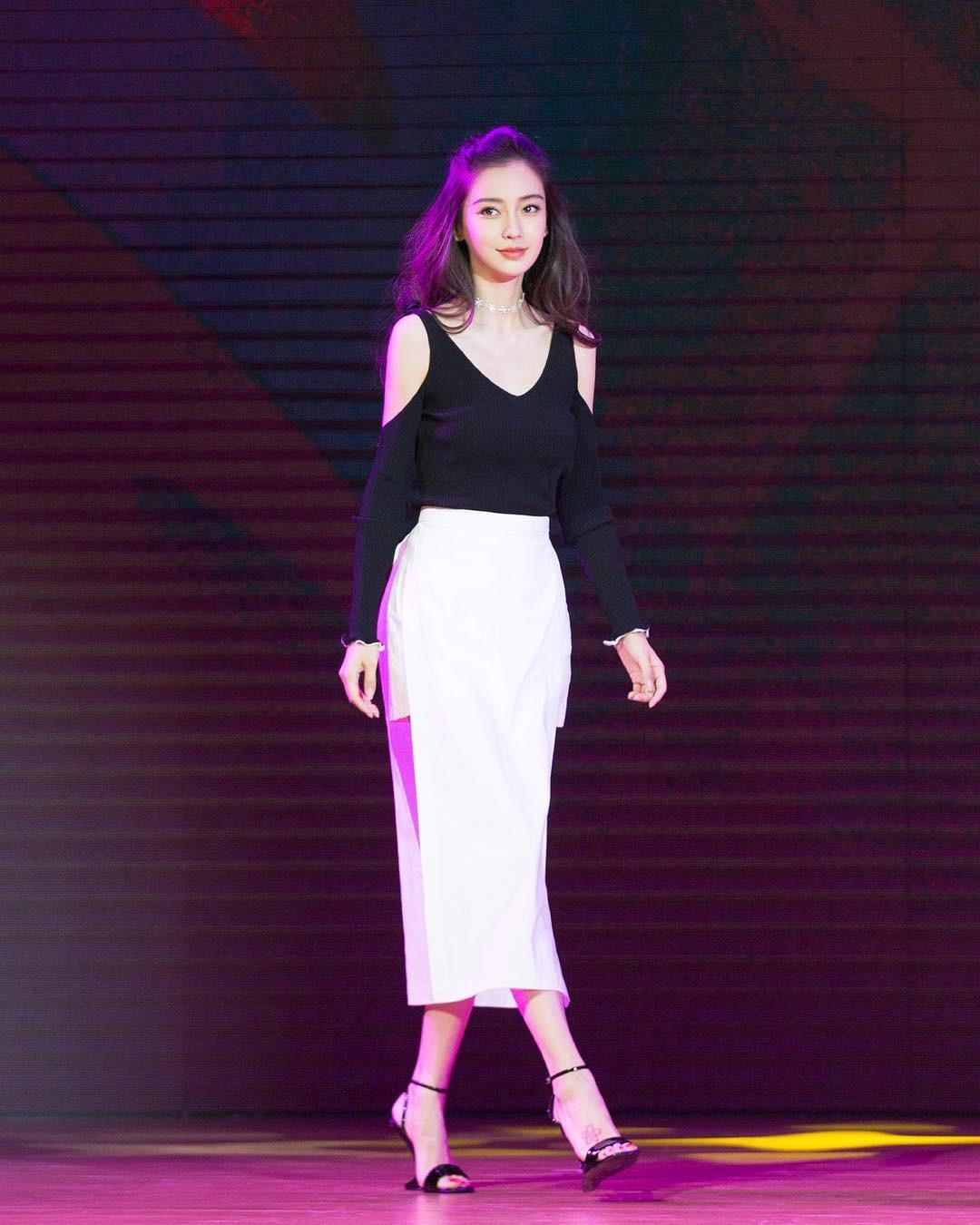 BST giày cao gót bá đạo của Phạm Băng Băng, Angela Baby: lênh khênh như cà kheo, thậm chí không có gót nhìn đã muốn trẹo chân - Ảnh 8.