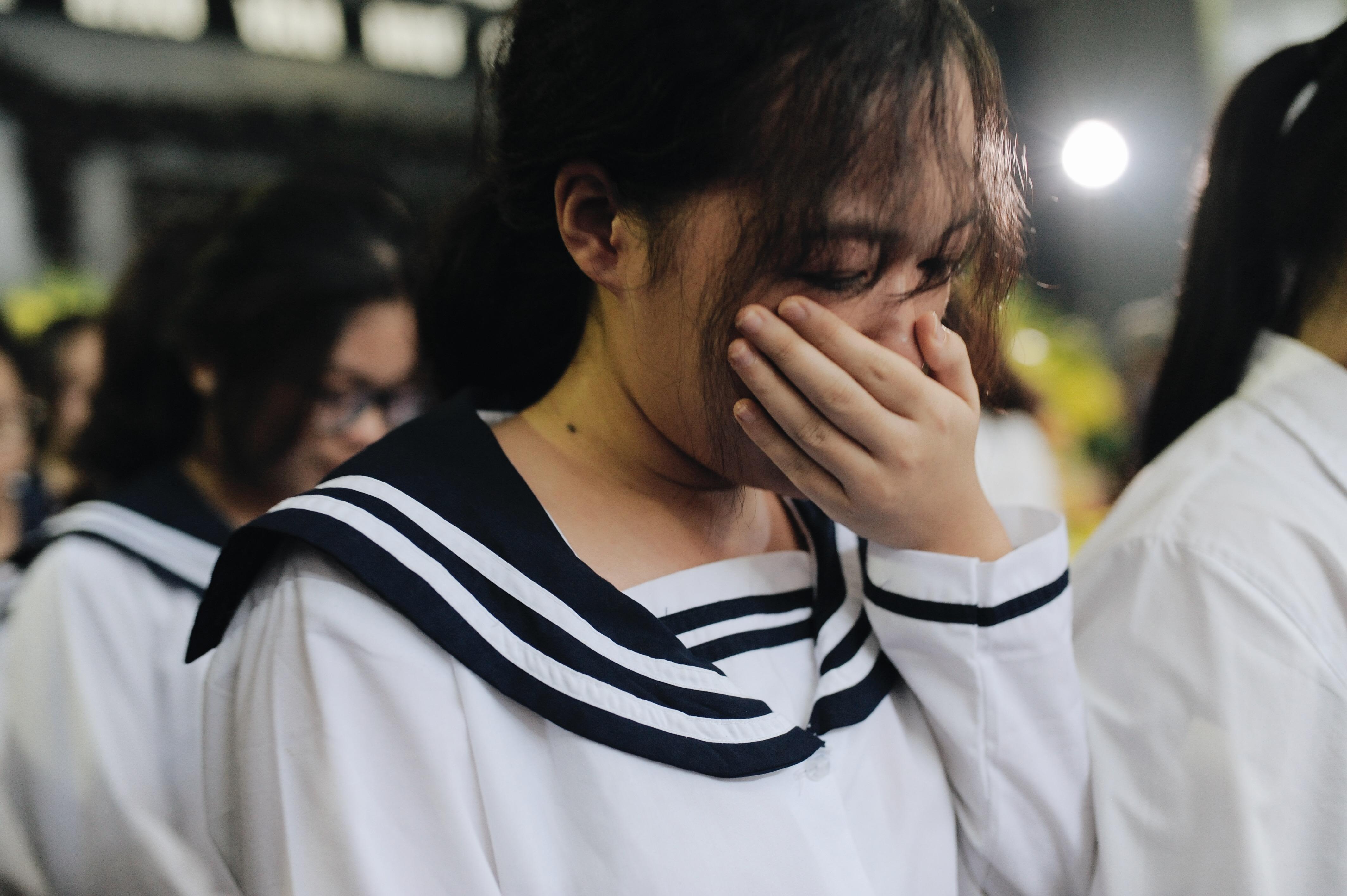 Hàng nghìn học sinh Lương Thế Vinh đứng hai bên đường tiễn đưa đoàn xe chở linh cữu thầy Văn Như Cương về nơi an nghỉ cuối cùng - Ảnh 23.
