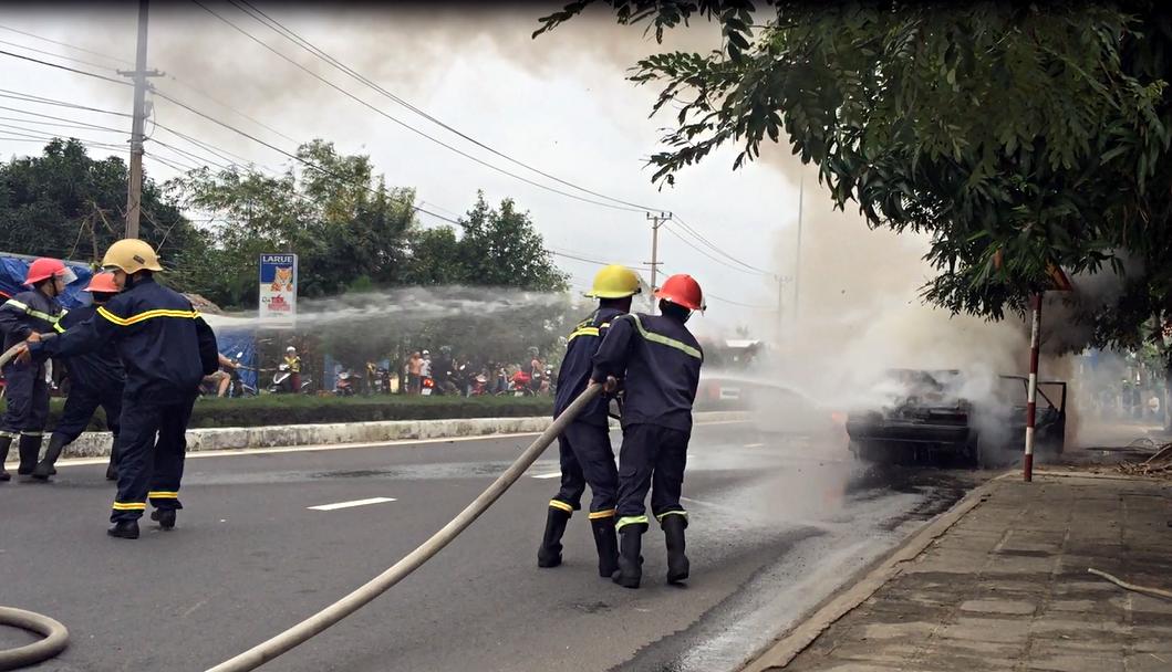 Ô tô 4 chỗ bốc cháy ngùn ngụt giữa đường phố Đà Nẵng, nhiều người tháo chạy - Ảnh 4.
