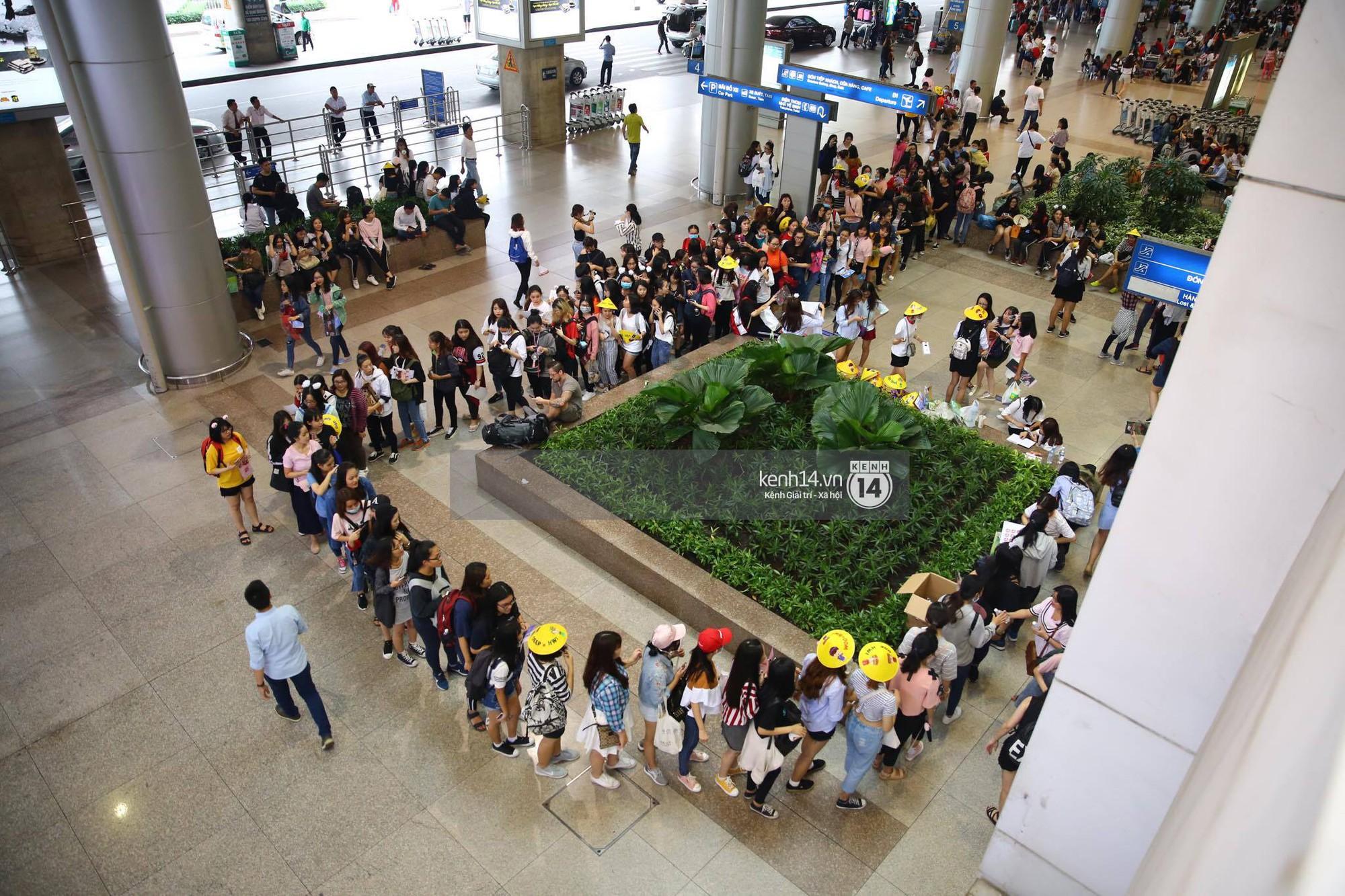 Fan Việt chiếm đóng nửa sân bay Tân Sơn Nhất chỉ để đón chờ WANNA ONE - Ảnh 8.
