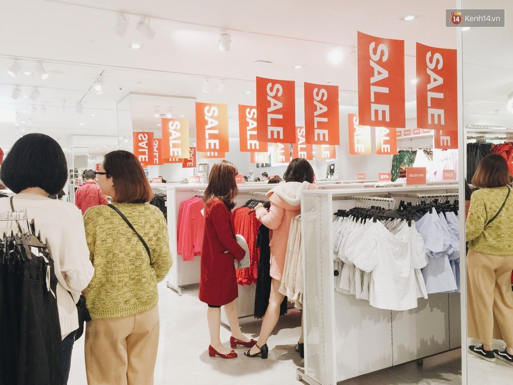 Thông báo sale tới 50%, H&M khiến tín đồ thời trang Hà Nội hụt hẫng vì sale quá ít đồ và không sale đồ Đông - Ảnh 2.