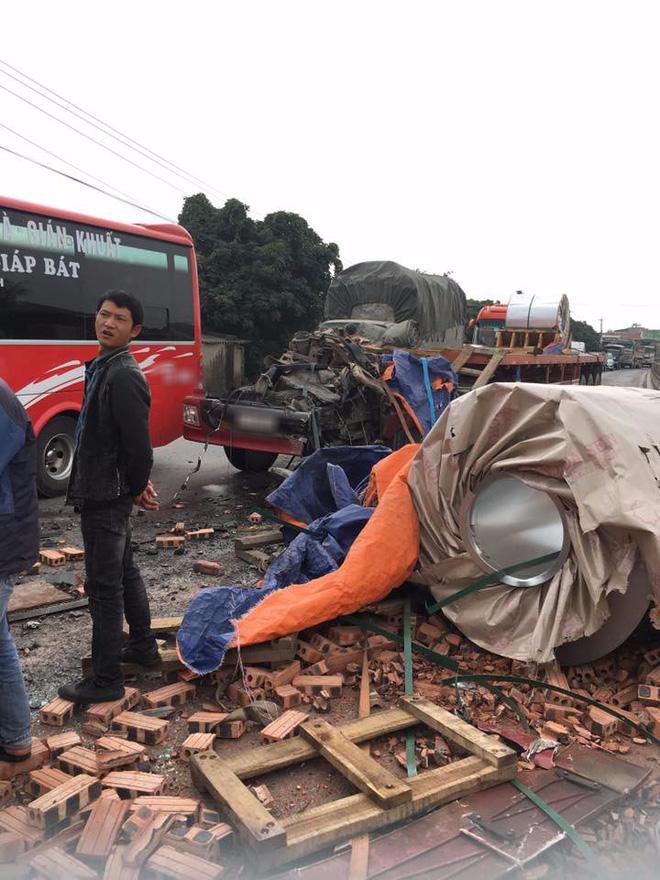 Tai nạn hy hữu: Container rụng mất buồng lái sau khi đâm vào xe tải chở gạch - Ảnh 1.
