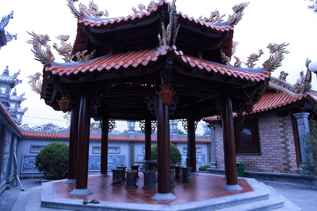 Chùm ảnh: Cận cảnh khu nhà thờ họ 100 tỷ với nhiều vật dụng dát vàng ở Nghệ An - Ảnh 10.