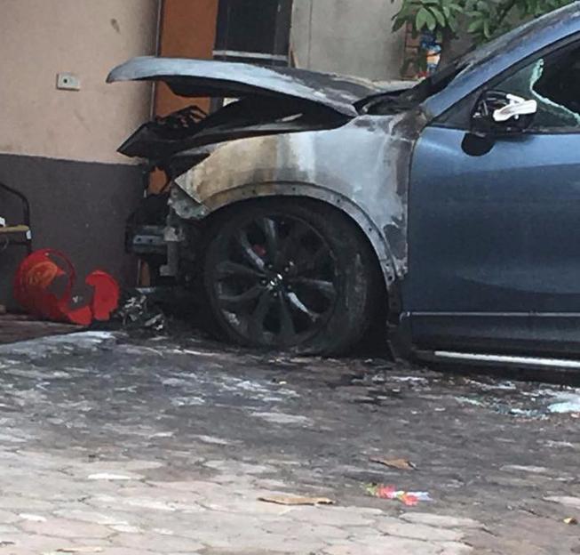 Hà Nội: Xe Mazda CX-5 bất ngờ cháy trụi đầu trong đêm - Ảnh 1.