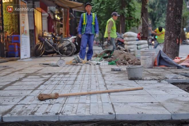 Sau một thời gian ngắn đi vào sử dụng, đá lát vỉa hè Hà Nội được quảng cáo bền tới 70 năm đã hư hỏng hàng loạt - Ảnh 11.