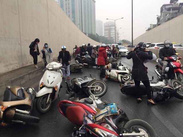 Clip: Nhiều xe máy trượt ngã, đổ la liệt trong hầm Kim Liên - Ảnh 4.