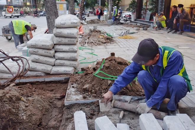 Sau một thời gian ngắn đi vào sử dụng, đá lát vỉa hè Hà Nội được quảng cáo bền tới 70 năm đã hư hỏng hàng loạt - Ảnh 12.