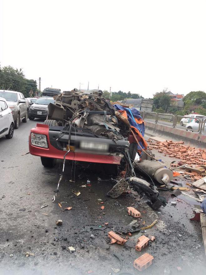 Tai nạn hy hữu: Container rụng mất buồng lái sau khi đâm vào xe tải chở gạch - Ảnh 3.