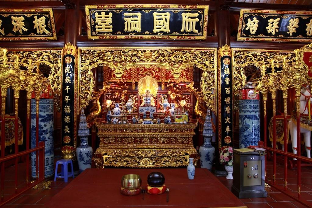Chùm ảnh: Cận cảnh khu nhà thờ họ 100 tỷ với nhiều vật dụng dát vàng ở Nghệ An - Ảnh 5.