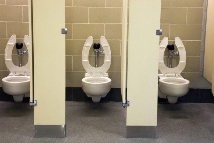 Tại sao bệ ngồi bồn cầu trong các toilet công cộng lại có hình chữ U? - Ảnh 2.