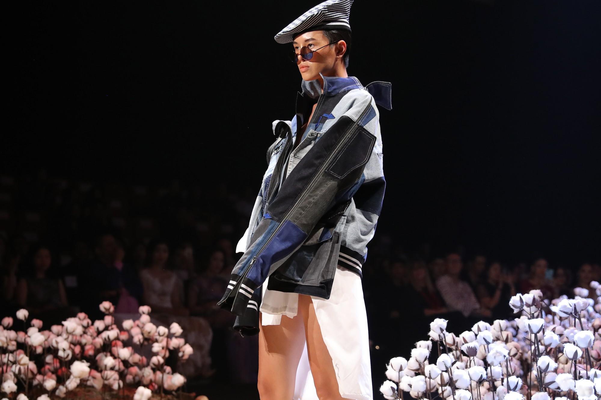 Người mẫu tomboy nhất Việt Nam để lộ 100% vòng 1 trên sàn diễn Elle Fashion Show - Ảnh 3.