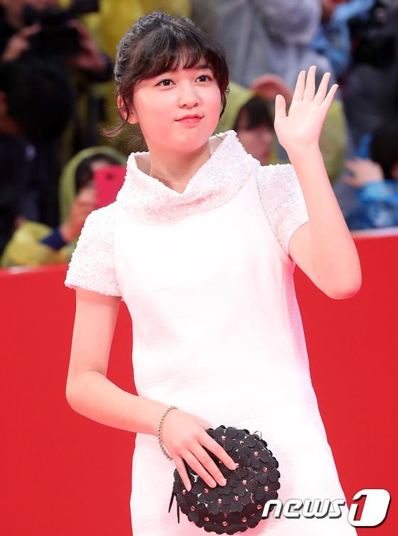 Thảm đỏ hot nhất hôm nay: Yoona khoe lưng trần bên tài tử Jang Dong Gun, sao Vì sao đưa anh tới lộ hàng - Ảnh 32.