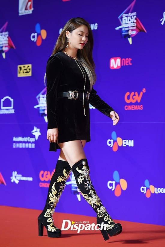 Cập nhật thảm đỏ MAMA Hồng Kông: Kim Yoo Jung chiếm trọn sự chú ý, em út Red Velvet hở bạo - Ảnh 8.
