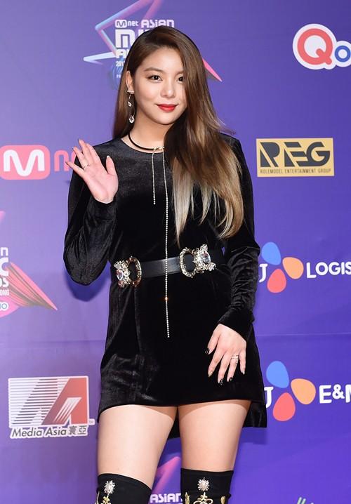 Cập nhật thảm đỏ MAMA Hồng Kông: Kim Yoo Jung chiếm trọn sự chú ý, em út Red Velvet hở bạo - Ảnh 10.