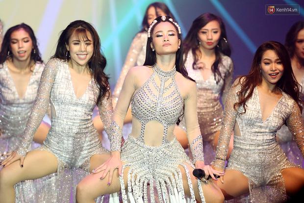Đây là phản ứng bất ngờ của Đông Nhi sau khi bị BTC Next Top đổi kịch bản biểu diễn không báo trước! - Ảnh 3.