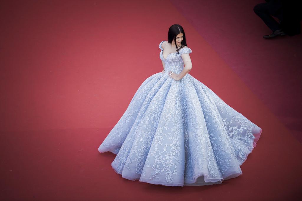 Hoa hậu Aishwarya Rai đẹp như Lọ Lem, chặt chém dàn mỹ nhân trên đấu trường nhan sắc Cannes! - Ảnh 4.