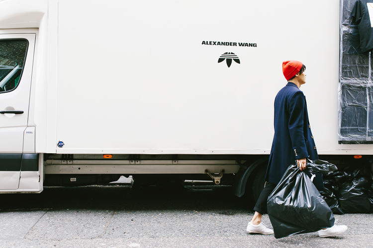 adidas Originals x Alexander Wang lăng xê mốt nhặt lá đá ống bơ, tay cầm túi rác ra đường - Ảnh 3.