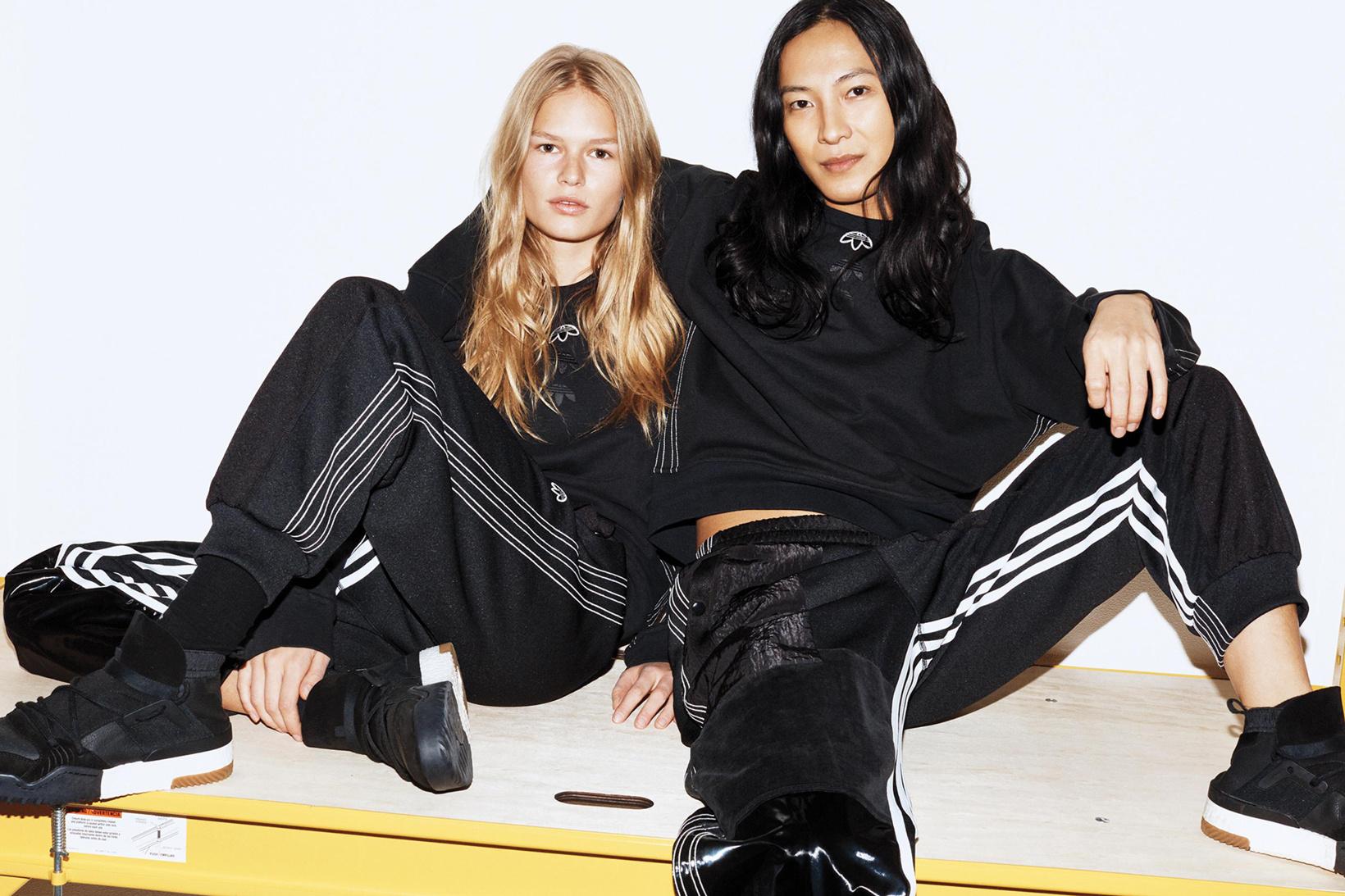adidas Originals x Alexander Wang lăng xê mốt nhặt lá đá ống bơ, tay cầm túi rác ra đường - Ảnh 1.