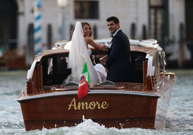 Morata hôn vợ đắm đuối trong lễ cưới đẹp như cổ tích ở Venice - Ảnh 3.