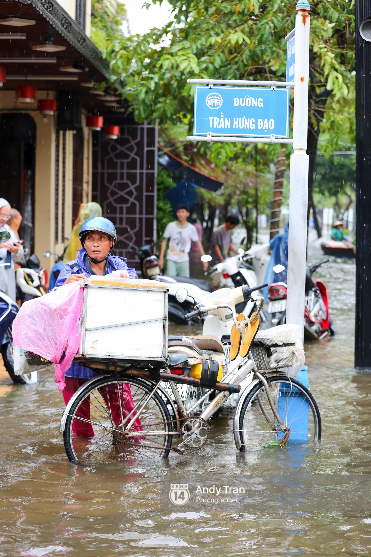 Chùm ảnh: Hội An nước ngập thành sông do ảnh hưởng của bão, người dân và du khách chật vật dùng thuyền bè di chuyển - Ảnh 8.