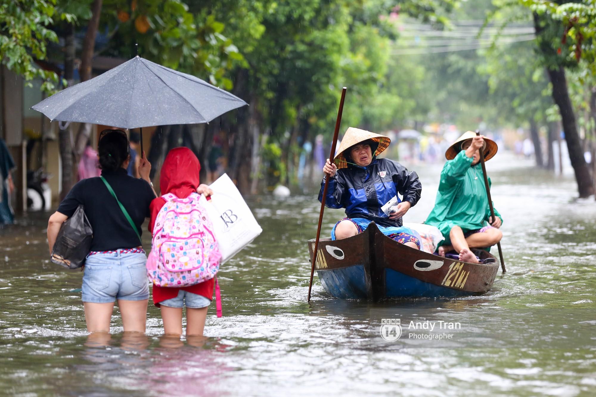 Chùm ảnh: Hội An nước ngập thành sông do ảnh hưởng của bão, người dân và du khách chật vật dùng thuyền bè di chuyển - Ảnh 5.