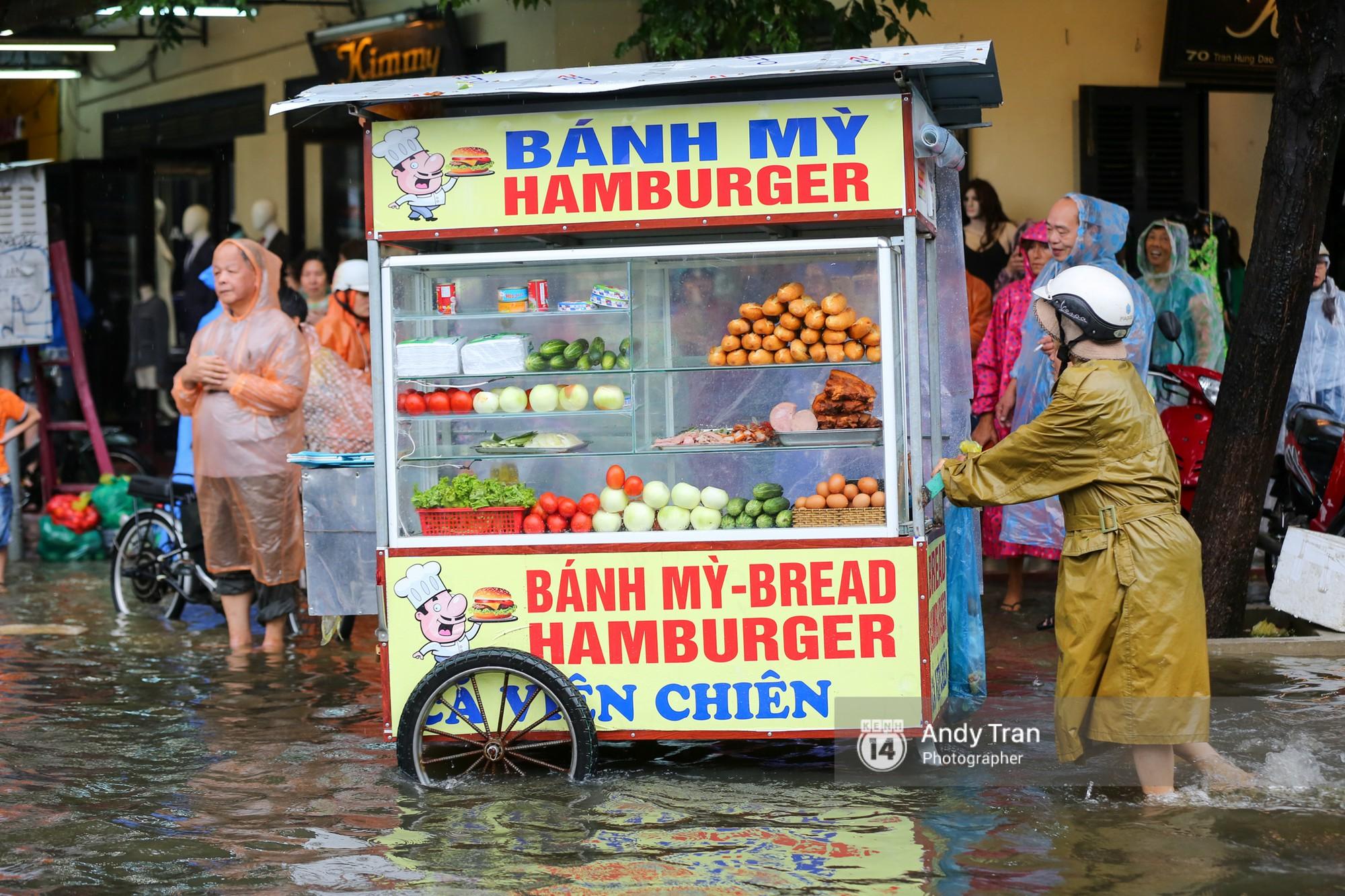 Chùm ảnh: Hội An nước ngập thành sông do ảnh hưởng của bão, người dân và du khách chật vật dùng thuyền bè di chuyển - Ảnh 9.