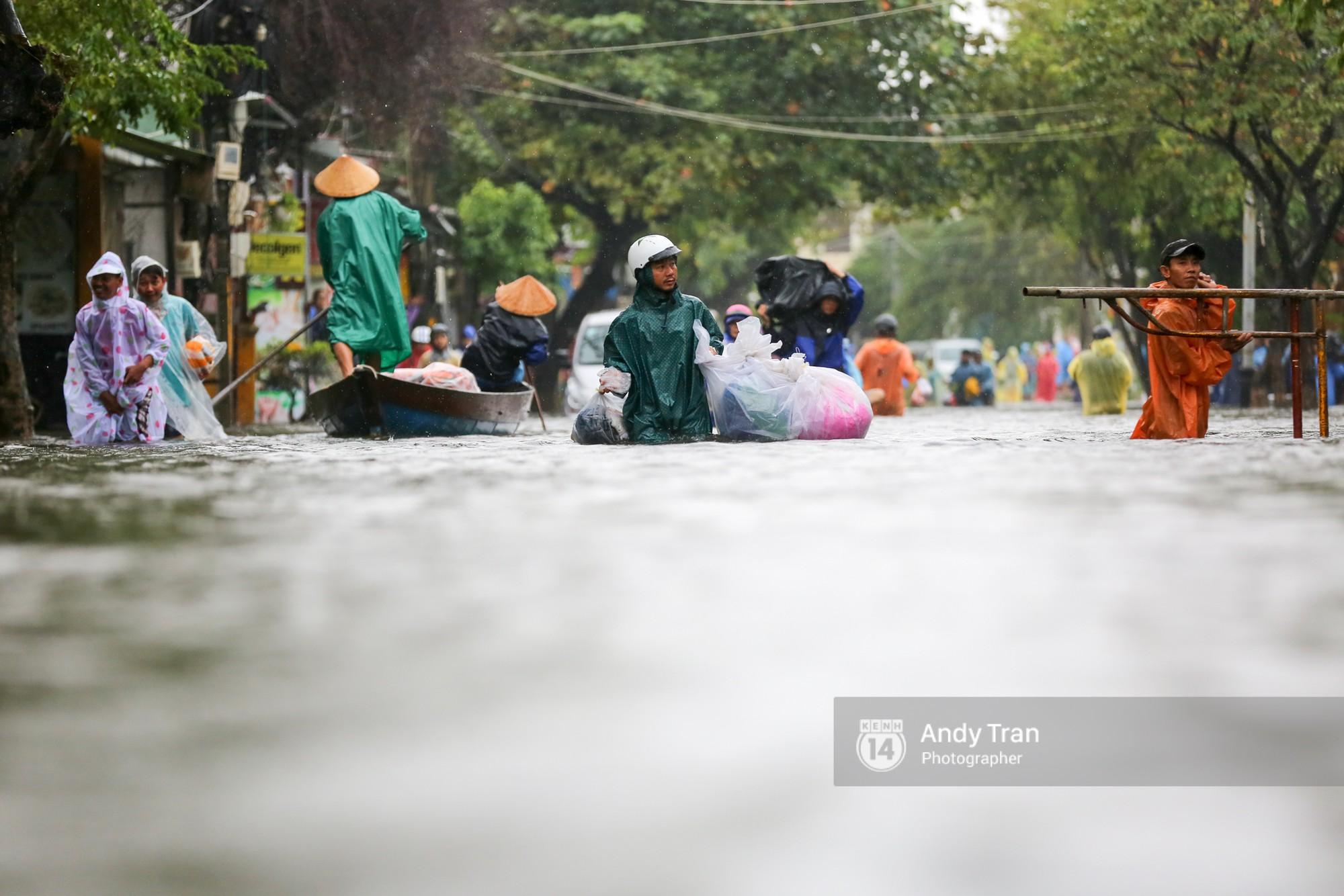 Chùm ảnh: Hội An nước ngập thành sông do ảnh hưởng của bão, người dân và du khách chật vật dùng thuyền bè di chuyển - Ảnh 14.