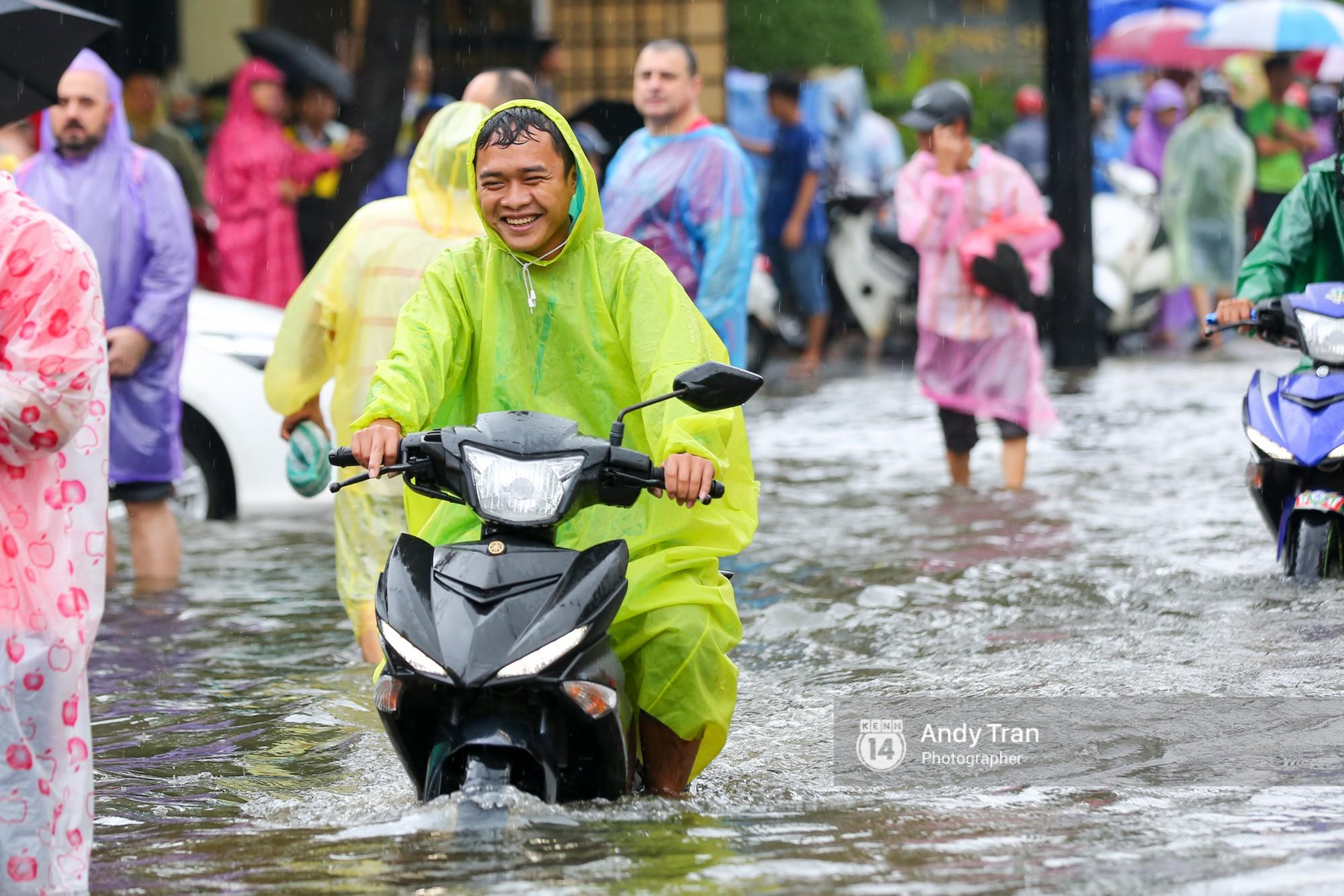 Chùm ảnh: Hội An nước ngập thành sông do ảnh hưởng của bão, người dân và du khách chật vật dùng thuyền bè di chuyển - Ảnh 6.