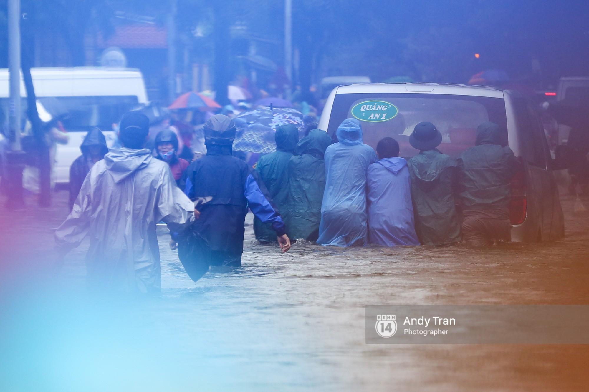 Chùm ảnh: Hội An nước ngập thành sông do ảnh hưởng của bão, người dân và du khách chật vật dùng thuyền bè di chuyển - Ảnh 11.