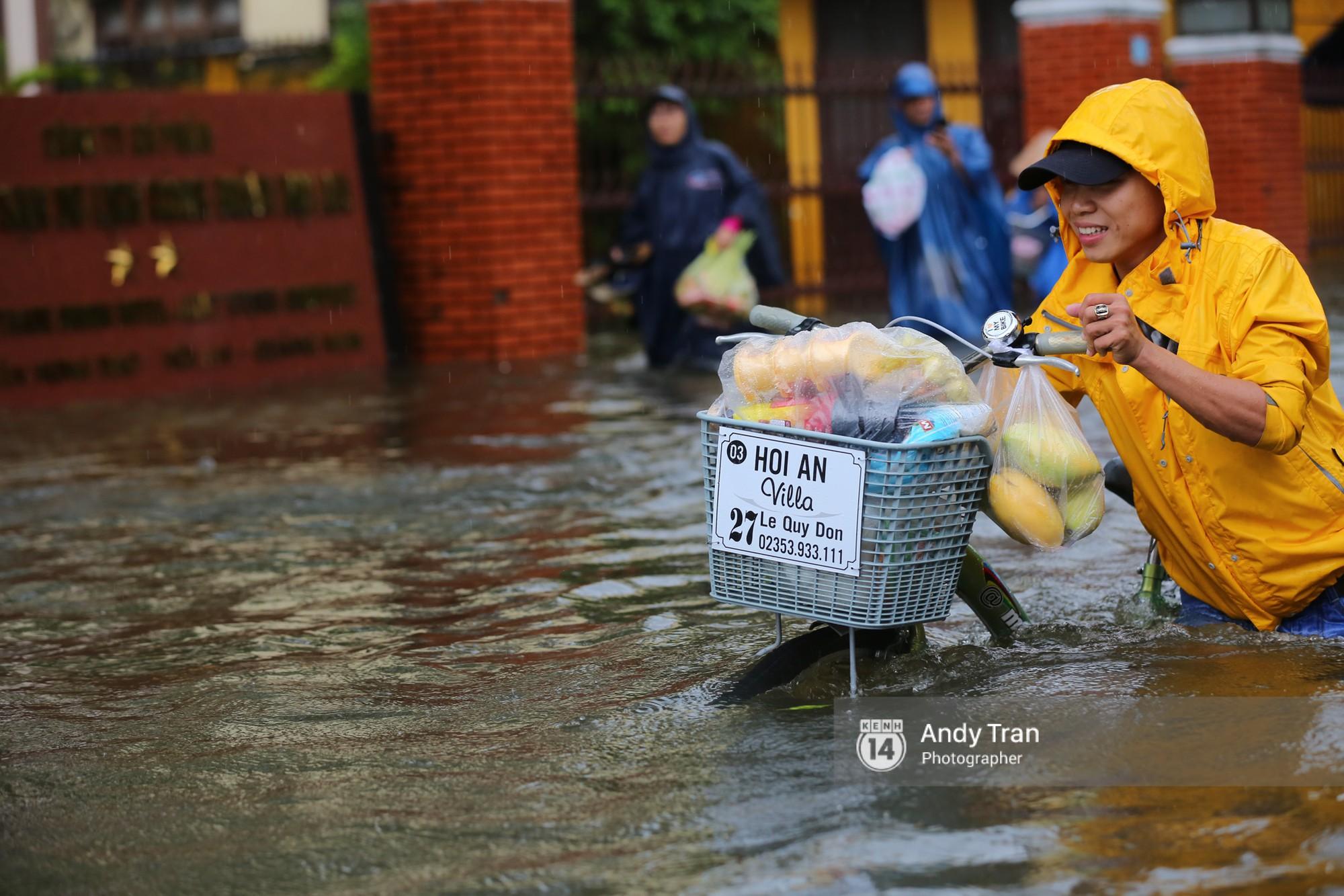 Chùm ảnh: Hội An nước ngập thành sông do ảnh hưởng của bão, người dân và du khách chật vật dùng thuyền bè di chuyển - Ảnh 7.
