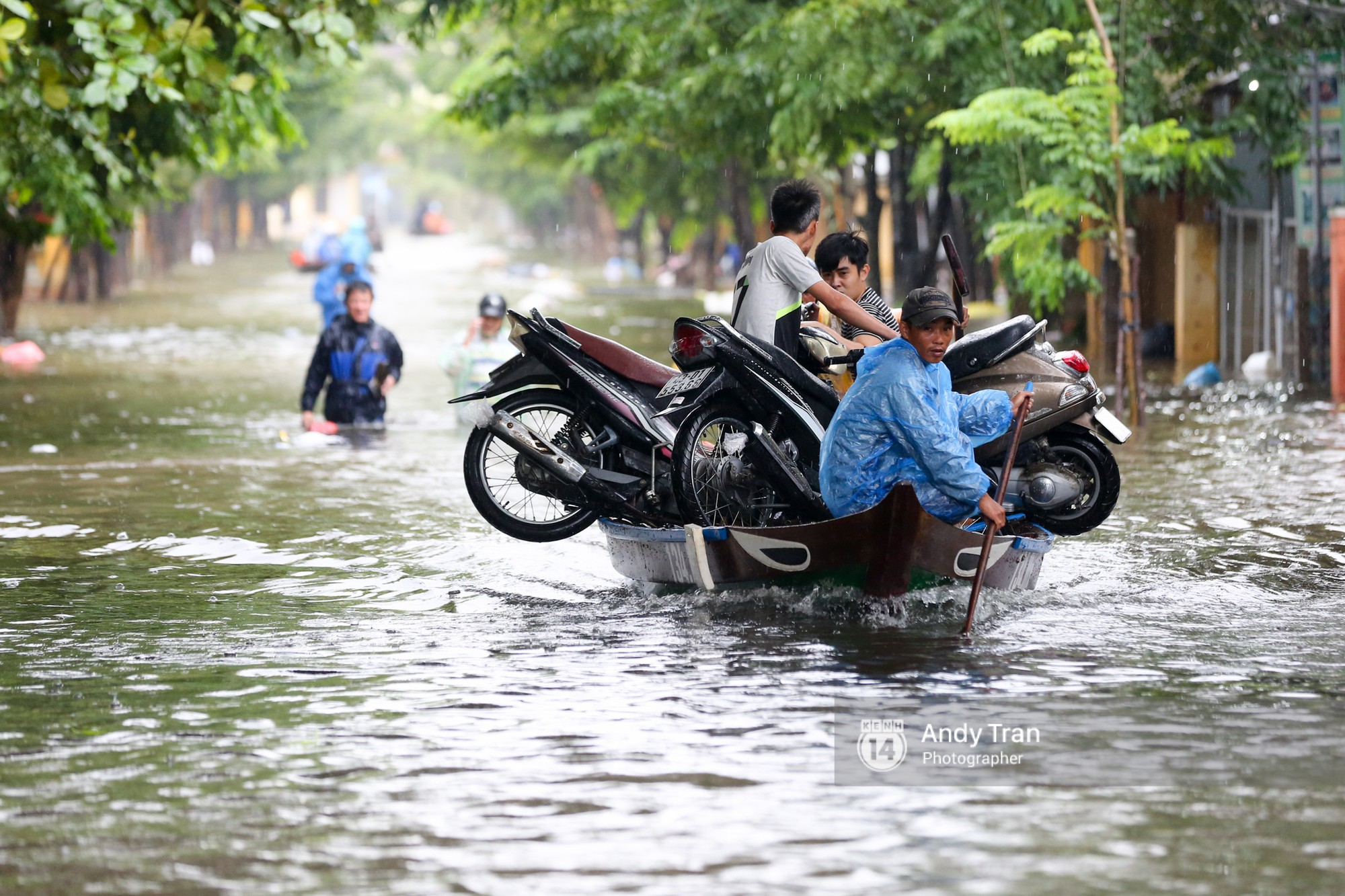 Chùm ảnh: Hội An nước ngập thành sông do ảnh hưởng của bão, người dân và du khách chật vật dùng thuyền bè di chuyển - Ảnh 12.