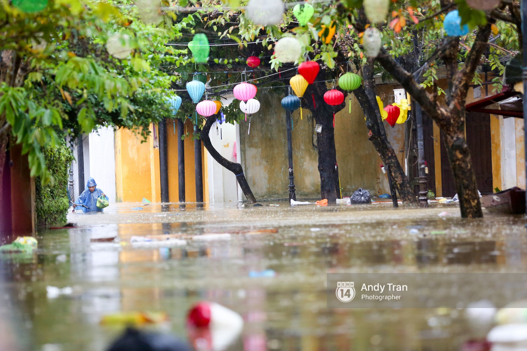 Chùm ảnh: Hội An nước ngập thành sông do ảnh hưởng của bão, người dân và du khách chật vật dùng thuyền bè di chuyển - Ảnh 2.